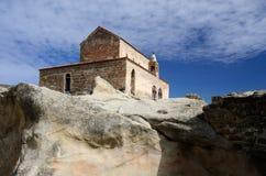 Alte DreiKirchenschiffbasilika in der mittelalterlichen Höhlenstadt Lizenzfreie Stockfotografie