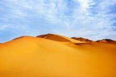Alte dune di sabbia del deserto del Sahara contro un cielo blu con le nuvole Immagine Stock Libera da Diritti