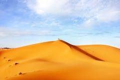 Alte dune di sabbia del deserto del Sahara contro un cielo blu con le nuvole Fotografie Stock Libere da Diritti