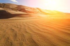 Alte dune di sabbia nei raggi del sole Fotografie Stock Libere da Diritti