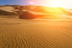 Alte dune di sabbia nei raggi del sole Fotografia Stock