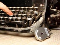 Alte dunkle Schreibmaschine mit moderner Maus Stockfotografie