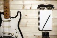 Alte E-Gitarre auf dem hölzernen Hintergrund Lizenzfreies Stockbild