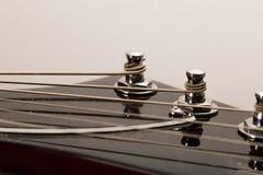 Alte E-Gitarre auf einem weißen Hintergrund Stockfotografie