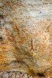 Alte eingeborene Kunst: Handabdrücke, Tierherden, Spirale, Australien lizenzfreie stockfotos