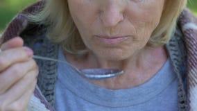 Alte einsame Dame isst billige Mahlzeit draußen, gleichgültige Verwandtverantwortungslosigkeit stock video footage