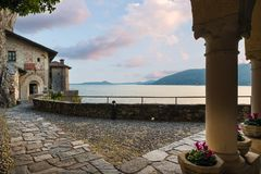 Alte Einsiedlerei auf See Maggiore, Nord-Italien Malerische Ansicht der Einsiedlerei von Santa Caterina del Sasso bei Sonnenunter Lizenzfreie Stockfotos