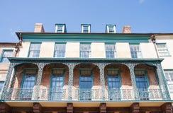 Alte Eisen-Balkone auf gelbem und grünem Gebäude Lizenzfreie Stockbilder