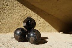 Alte Eisen canonballs Stockfoto