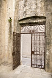 Alte Eisen-Tür Stockfotografie
