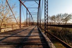 Alte Eisen-und Holz-Bohlenbrücke Lizenzfreies Stockfoto