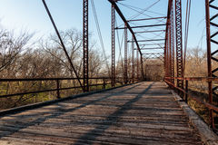 Alte Eisen-und Holz-Bohlenbrücke Stockfoto