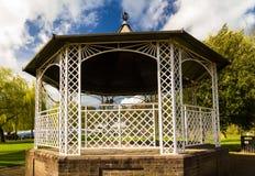 Alte Eisenbühne im Park Lizenzfreie Stockbilder