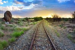 Alte Eisenbahn durch die des Afrikaners Wüstenlandschaft halb Lizenzfreie Stockfotografie