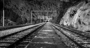 Alte Eisenbahn mit einem Tunnel voran Lizenzfreies Stockbild
