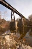 Alte Eisenbahnbrücke über einer Nebenflussvertikale lizenzfreies stockbild