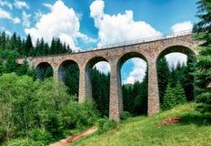 Alte Eisenbahnbrücke nahe Telgart, Slowakei stockfotos