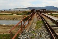 Alte Eisenbahnbrücke zur Baustelle von Anlage Jaguars Land Rover in Nitra, Slowakei Stockfotos