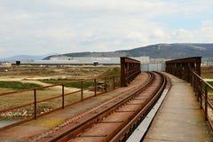 Alte Eisenbahnbrücke zur Baustelle von Anlage Jaguars Land Rover in Nitra, Slowakei Lizenzfreie Stockfotos