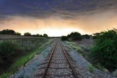 Alte Eisenbahnlinien und stürmischer Himmel Stockfotos