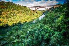 Alte Eisenbrücke über dem Fluss Lizenzfreie Stockbilder