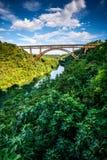 Alte Eisenbrücke über dem Fluss Stockbild