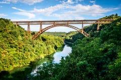 Alte Eisenbrücke über dem Fluss Lizenzfreies Stockfoto
