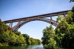 Alte Eisenbrücke über dem Fluss Lizenzfreie Stockfotografie