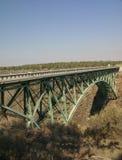 Alte Eisenbrücke über der gekrümmten Fluss-Schlucht Lizenzfreie Stockfotos
