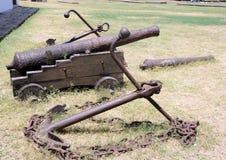 Alte Eisengewehre und einige Anker auf dem Boden von Stärkende Santa Catarina tun Cabedelo in Joao Pessoa-Stadt Historische Gegen Stockfotografie