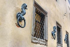 Alte Eisenringe, zum von Pferden auf Wand in Siena zu binden Italien stockfotografie