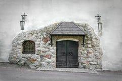 Alte Eisentür in der Wand eines großen Steins Stockfoto