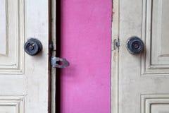 Alte Eisentürknäufe auf alter hölzerner Tür Lizenzfreie Stockfotografie