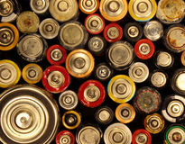 Alte elektrische Batterien auf schwarzem Hintergrund Stockbilder