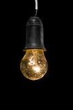 Alte elektrische Glühlampe in der Dunkelheit Lizenzfreies Stockfoto