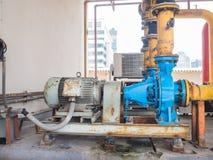 Alte elektrische Wasserpumpen, voll vom Rost Lizenzfreies Stockbild
