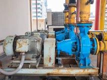 Alte elektrische Wasserpumpen, voll vom Rost Stockbilder