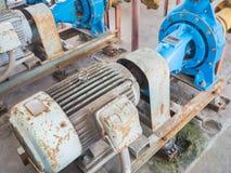 Alte elektrische Wasserpumpen, voll vom Rost Stockfotografie