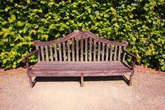 Alte, englische Bank im Garten Stockfotos