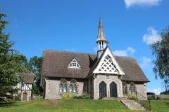 Alte englische Dorfschule mit Kirchturm Stockbilder