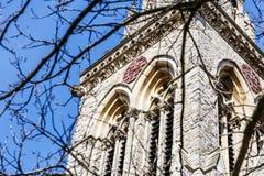 Alte englische Kirche der Uhr im Frühjahr Lizenzfreies Stockbild