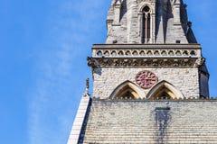Alte englische Kirche der Uhr im Frühjahr Lizenzfreies Stockfoto