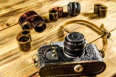 Alte Entfernungsmesserkamera und -filme auf Holztisch Lizenzfreies Stockbild