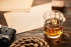 Alte entfernungsmesserkamera und whisky mit antiker karte