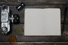 Alte Entfernungsmesserweinlese und Retro- Fotokamera mit Weinlese färben Effekt Stockbilder