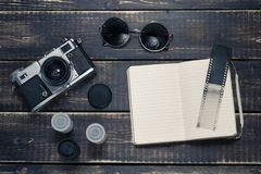 Alte Entfernungsmesserweinlese und Retro- Fotokamera mit Weinlese färben Effekt Stockfoto
