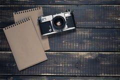 Alte Entfernungsmesserweinlese und Retro- Fotokamera mit Weinlese färben Effekt Lizenzfreie Stockfotos