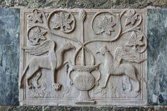 Alte Entlastung von zwei mythischen grifffins Lizenzfreies Stockfoto