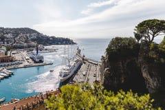 alte europäische Stadt gelegen auf Küste mit Los Schiffen im Hafen Lizenzfreie Stockfotografie