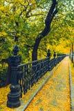 Alte europäische Stadtstraßenansicht am Herbsttag Stockfoto